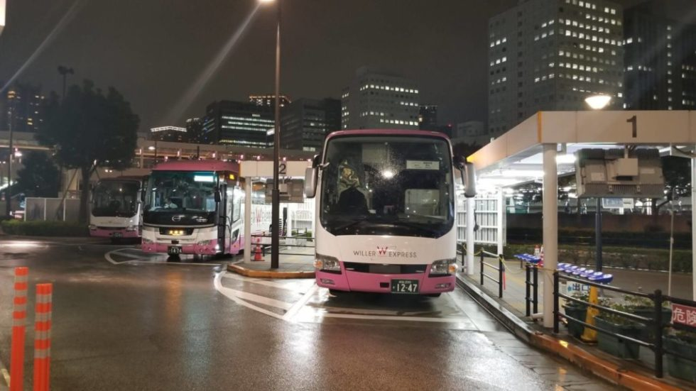 大崎駅西口のバスターミナルに停車するウィラー