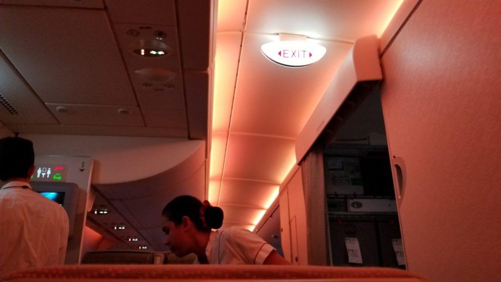 エミレーツ航空機内の明かり