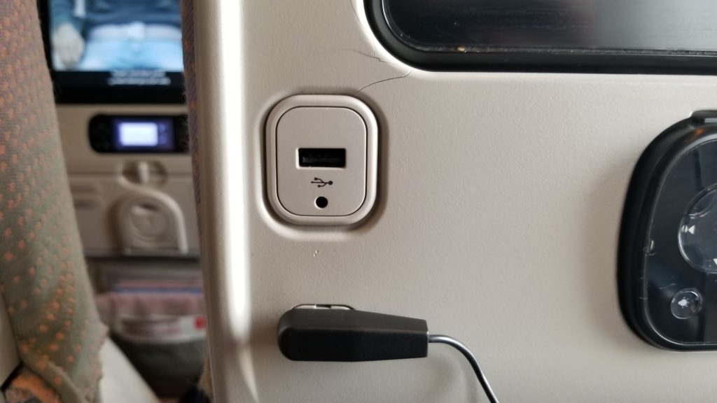 エミレーツ航空のUSB充電ポート
