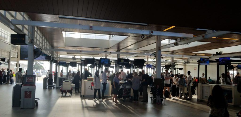 マーレ国際空港の発着ロビー(旅行業者・ホテルの看板がたくさん)