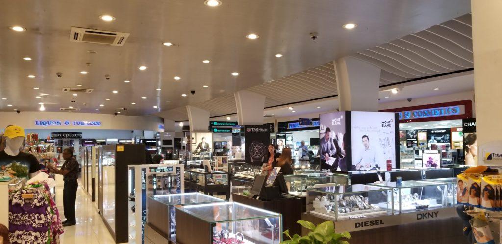 外国ブランドがひしめくモルディブ(マーレ国際空港)のお土産売り場