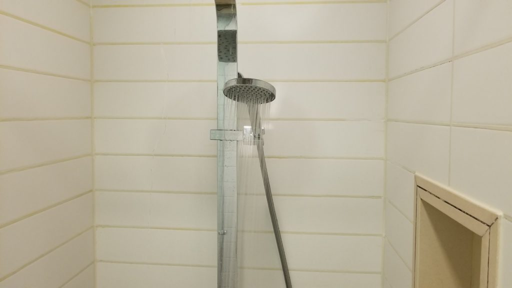 ドバイ空港のシャワー「水圧はそこそこ」