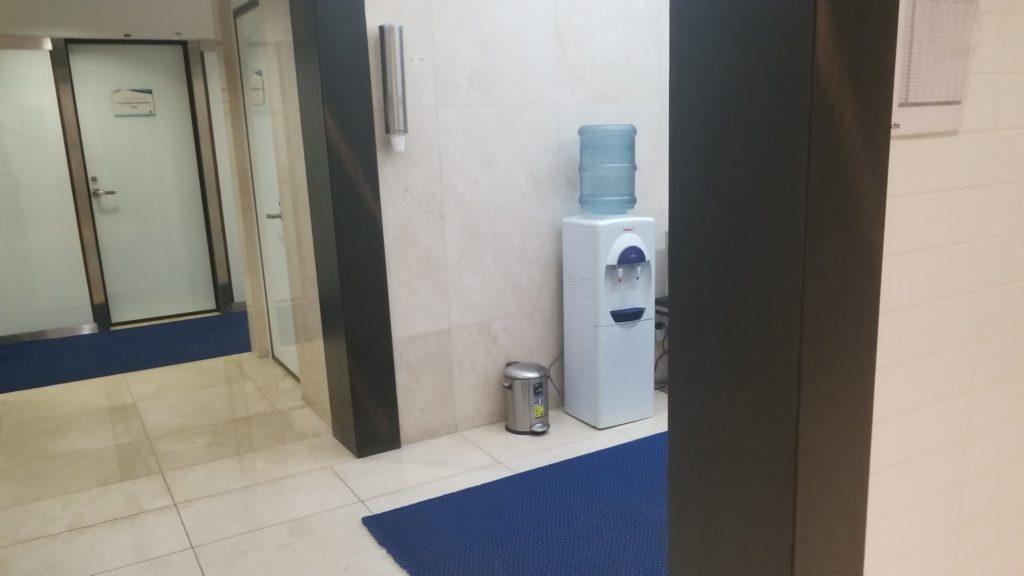 ドバイ空港にあるジムのプールエリアにはウォーターサーバ