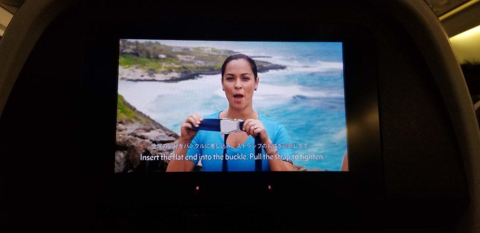 機内安全ビデオの舞台がハワイ
