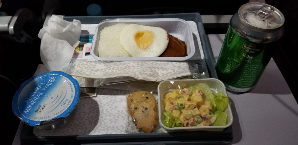 ハワイアン航空の機内食「ロコモコ」