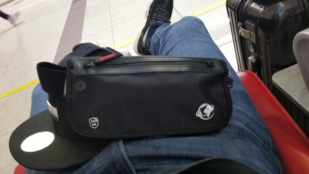 ドバイ国際空港にて
