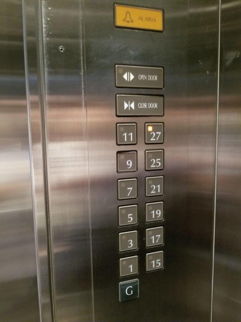 香港ホライズンプラザのエレベーターの中