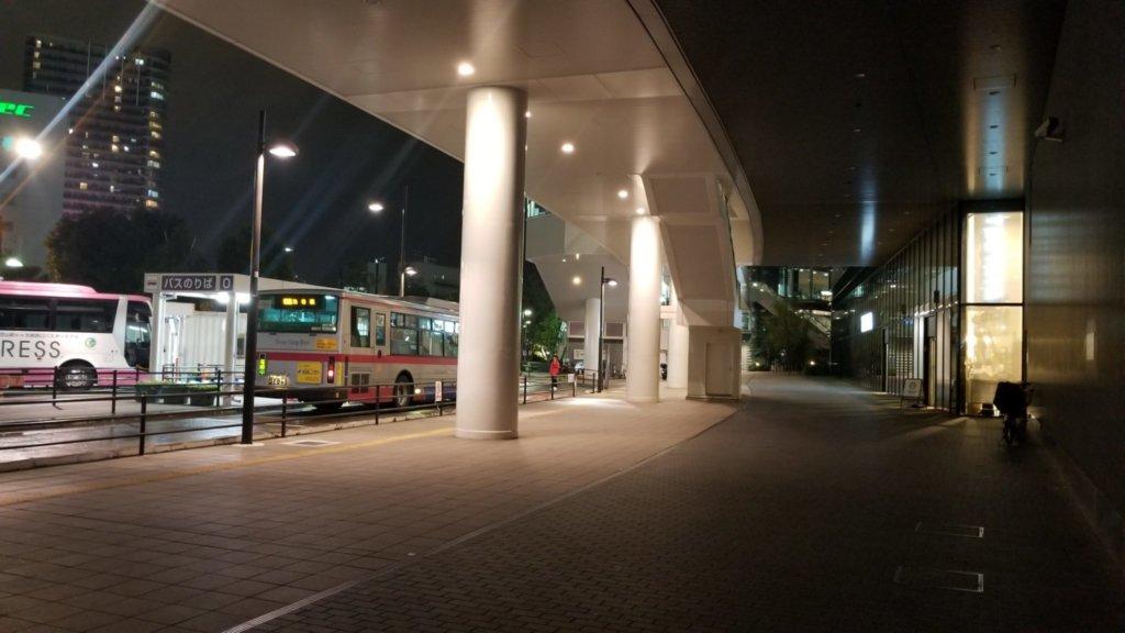 大崎駅西口のバスターミナルは広めの空間がある