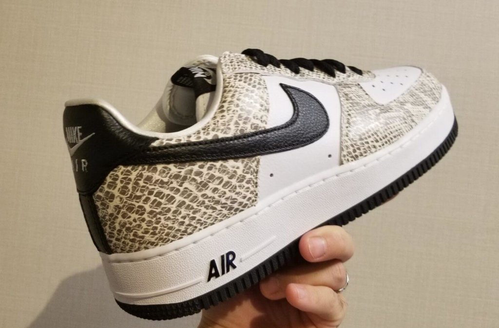 """Nike Air Force 1 Low """"Cocoa Snake"""" をうしろから"""