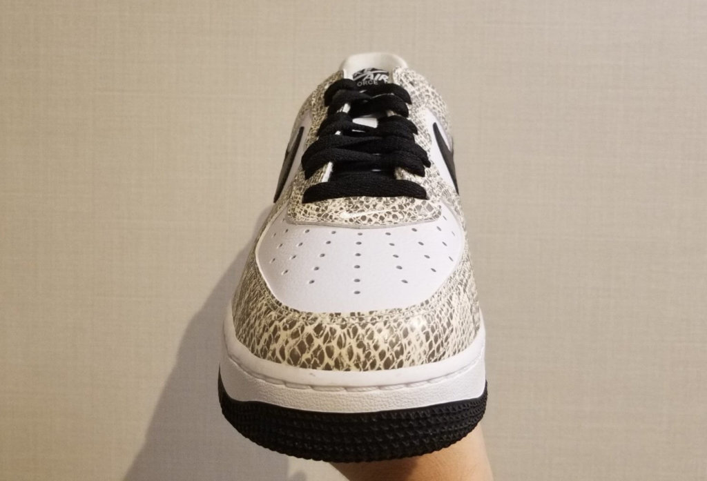 "Nike Air Force 1 Low ""Cocoa Snake"" をフロント部分から撮影"