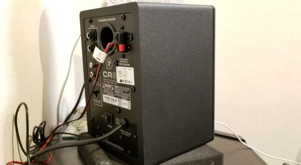 アンプが内蔵しているスピーカーはコンセントに繋ぐケーブルが付いている