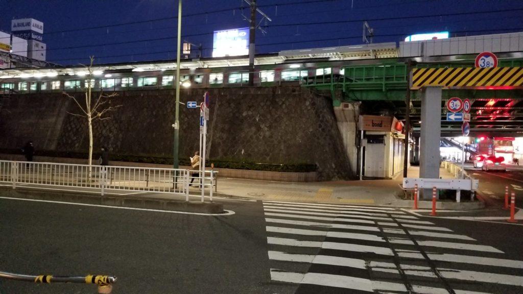 五反田TOC行きのバスにのるために横断歩道を渡る
