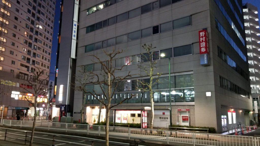 五反田TOC行きのバス停は野村證券の向かいにある