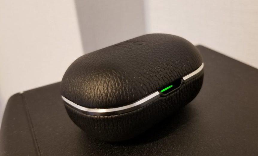 Beoplay E8 2.0を充電中(緑色のランプが点灯)