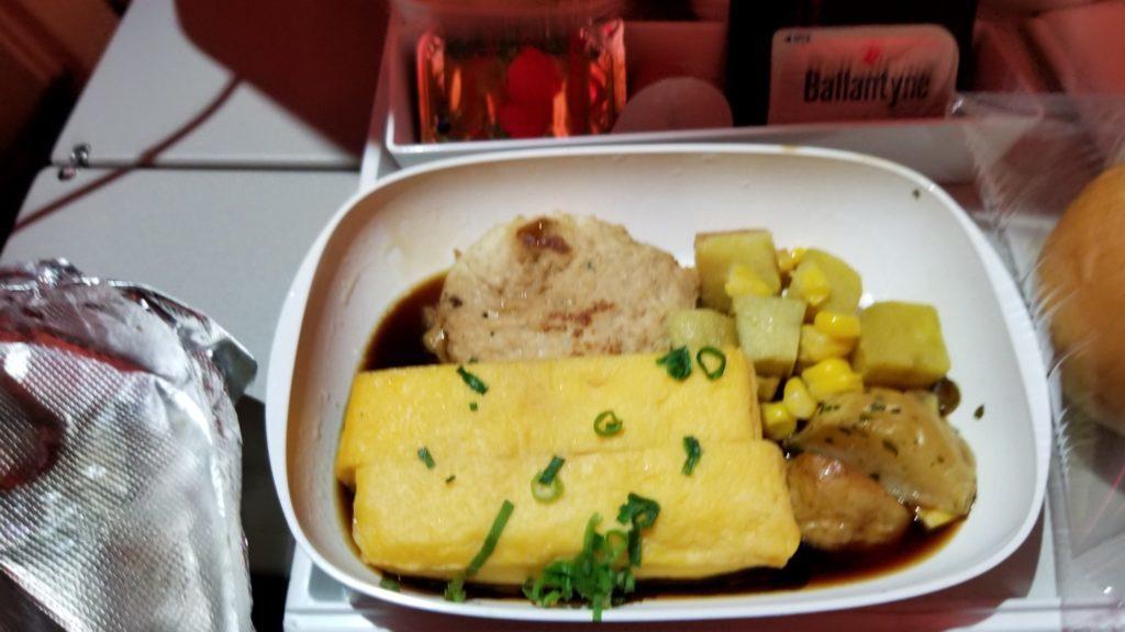 エミレーツ航空の機内食(朝食の卵焼き)