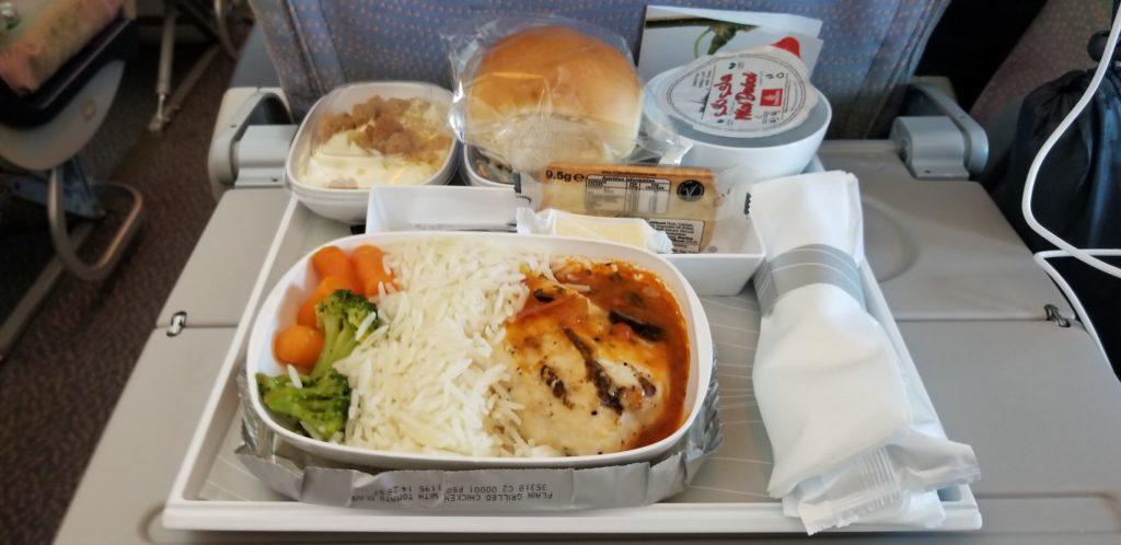 エミレーツの機内食(チキントマト)