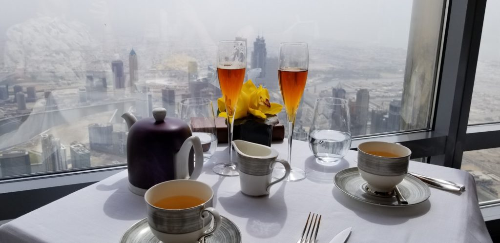 紅茶とドバイの景観(アトモスフィアにて)