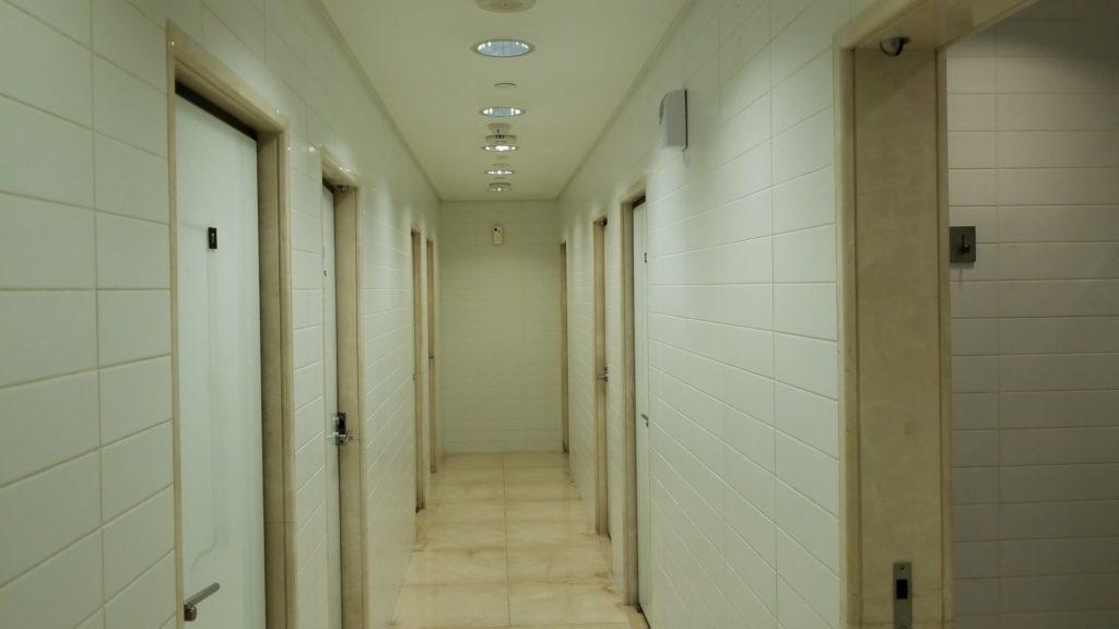 ジム施設内のシャワールームは8部屋