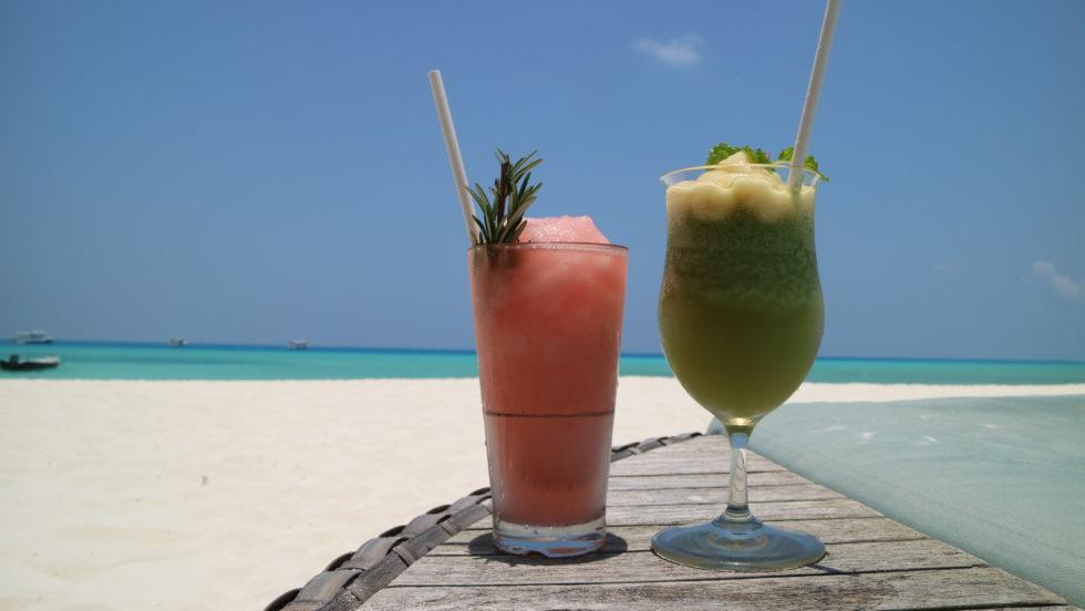 モルディブのビーチでおいしいカクテルを