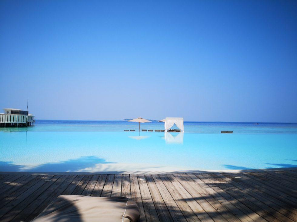 インフィニティプールとモルディブの海