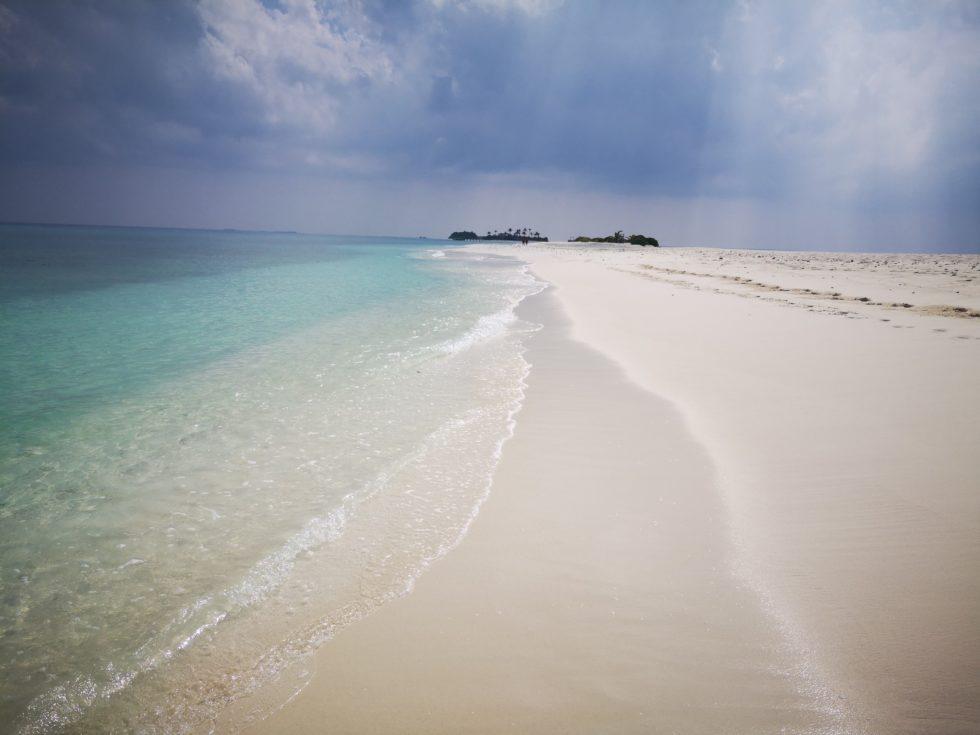 曇っていても明るいモルディブの海と空