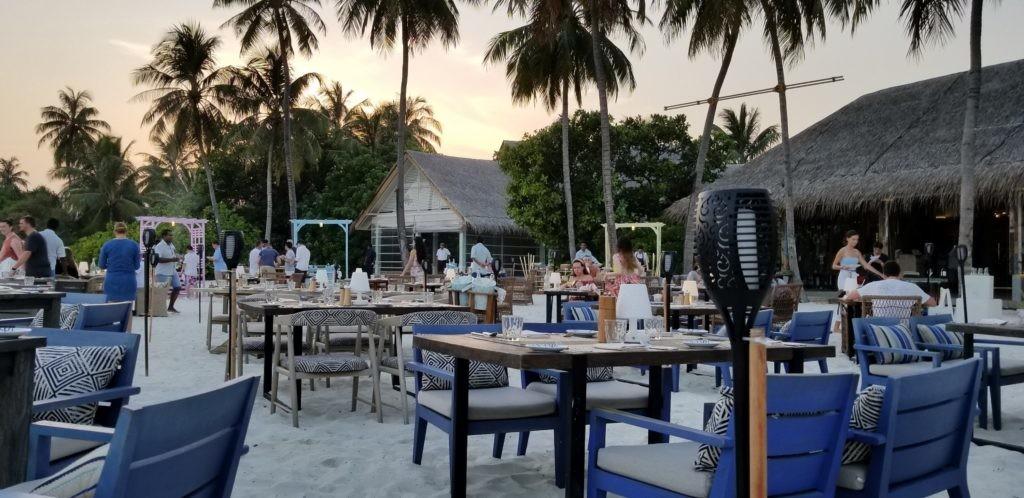 ビーチで夕食。周りにアジア系は少ない