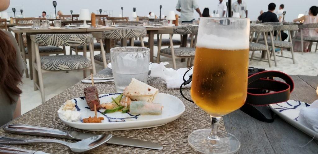 ビーチサイドで夕食