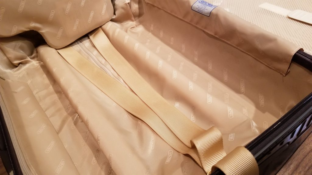 リモワ内装のベルトは質が良くてとても便利