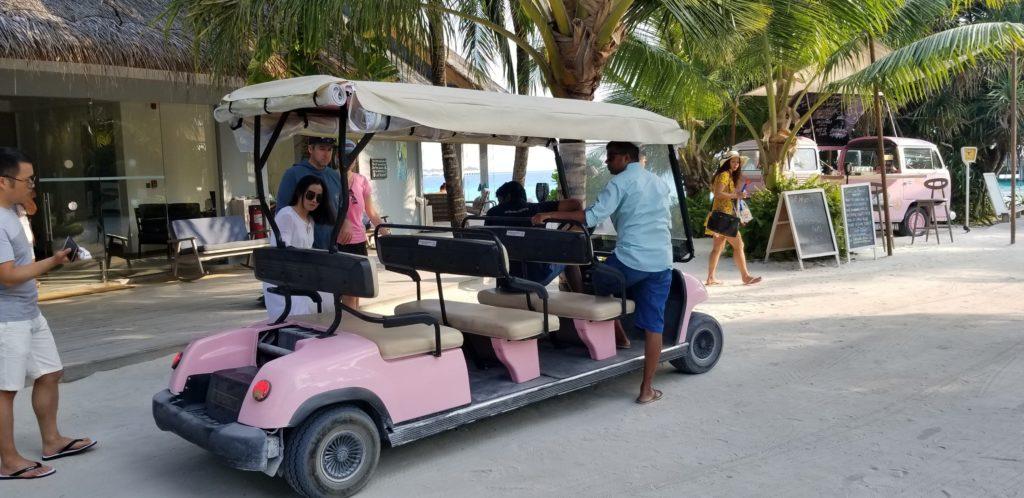 フィノール島内を走るバギーカー