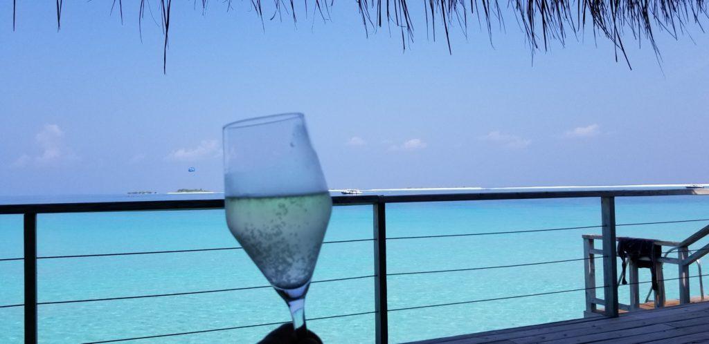 水上ヴィラのテラスでスパークリングワイン!