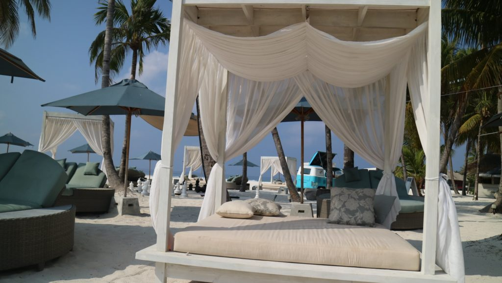 ビーチサイドのソファ