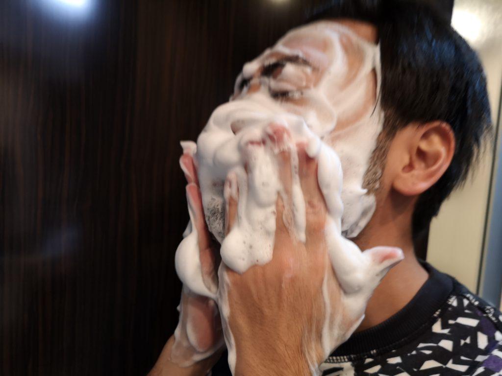 バルクオムで洗顔中の図(泡がすごい)